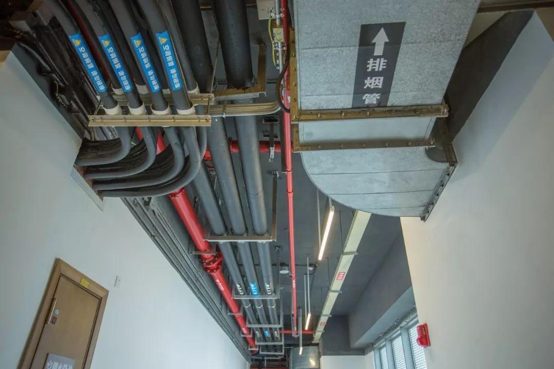 公寓楼水表间阀门,水表安装整齐,管道间距一致
